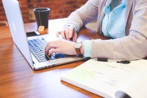Frilansskribent skriver webbtexter på laptop