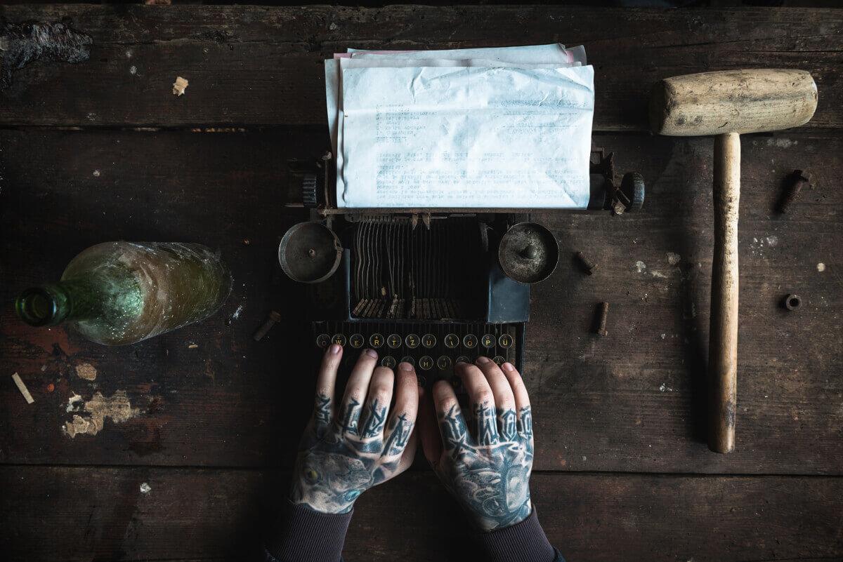 Skribent med skrivmaskin