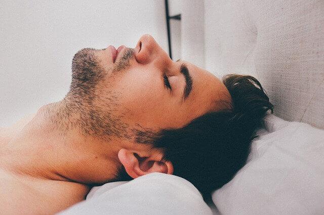 Man som prioriterar återhämtning och sömn