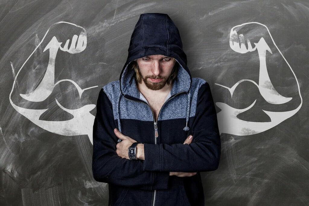 Man som funderar på hur man blir starkare